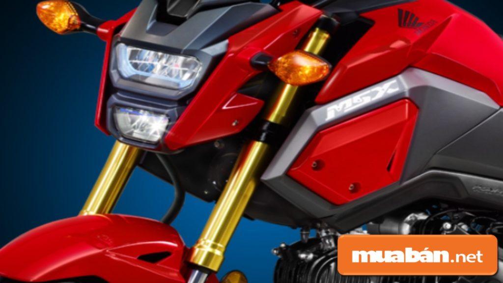 Đầu xe máy Honda MSX 125 có cụm đèn pha được chia thành 2 tầng với dạng đèn Led.