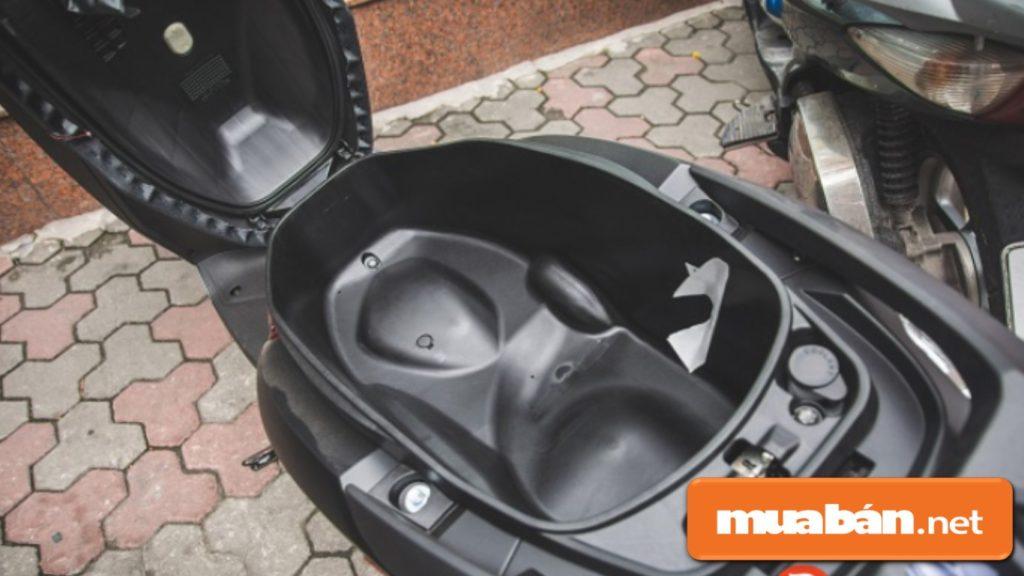 Cốp xe Lead đặc biệt rộng rãi đủ chứa 2 mũ bảo hiểm người lớn và 1 mũ trẻ em.