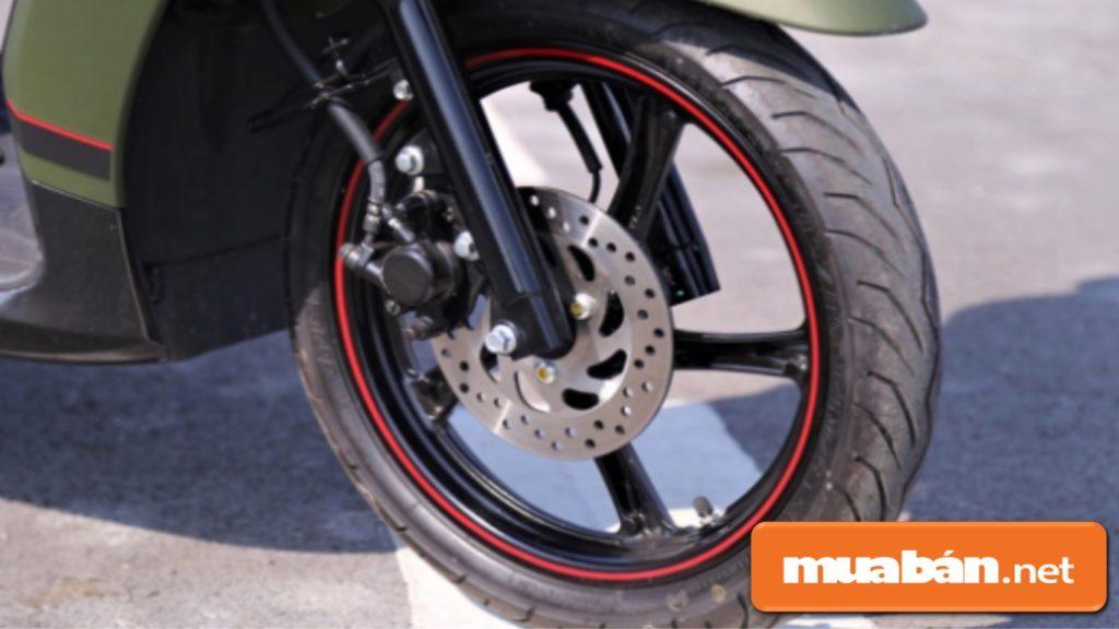 Phuộc nhún trên xe Yamaha Janus giúp xe êm hơn.