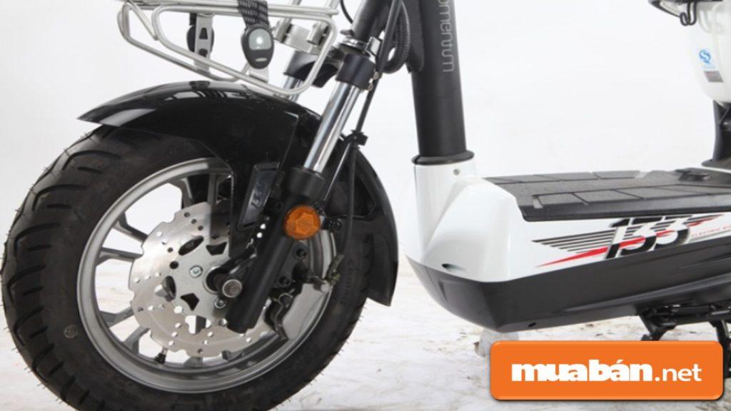 Phanh đĩa trước, phanh cơ sau đảm bảo hiệu suất phanh cao và an toàn trong quá trình di chuyển.