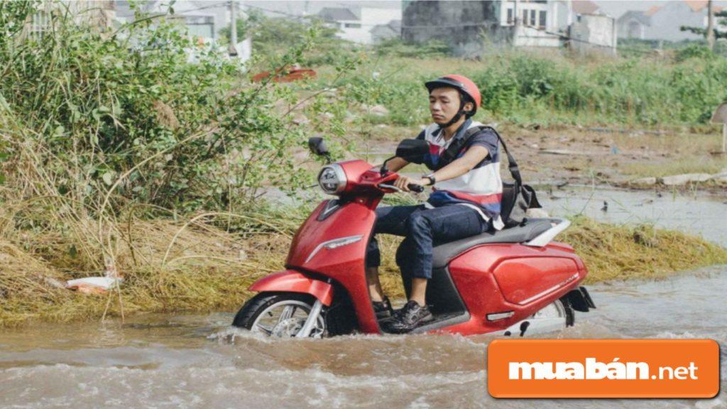 Vinfast có động cơ chống nước giúp bạn dễ dàng di chuyển khi gặp trời mưa, đường ngập.