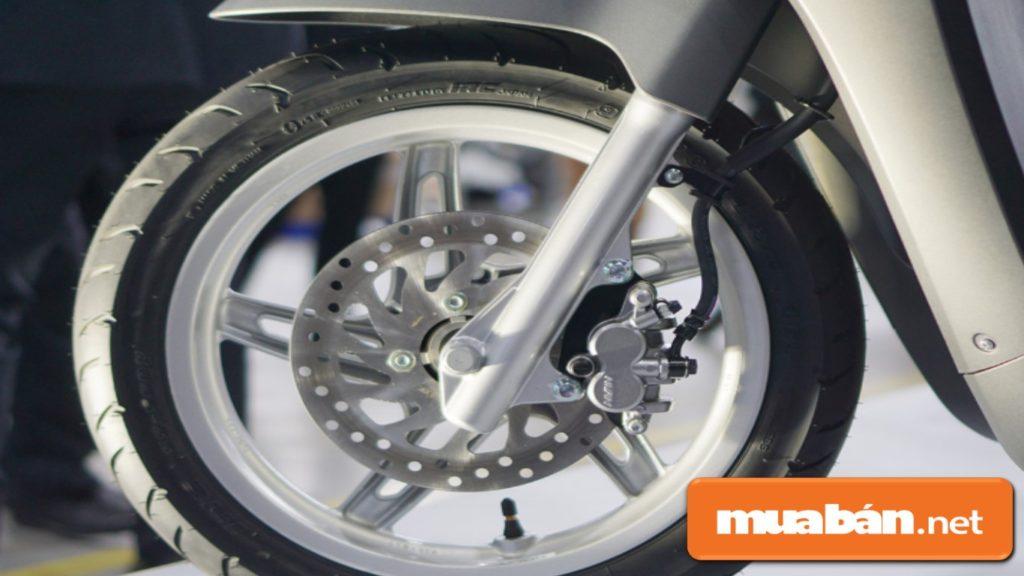 Hai phiên bản Klara đều dùng lốp không săm.
