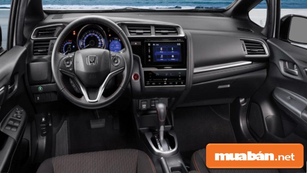 Không gian nội thất trong xe khá rộng rãi, với các tính năng hỗ trợ bạn giải trí như nghe nhạc, GPS...