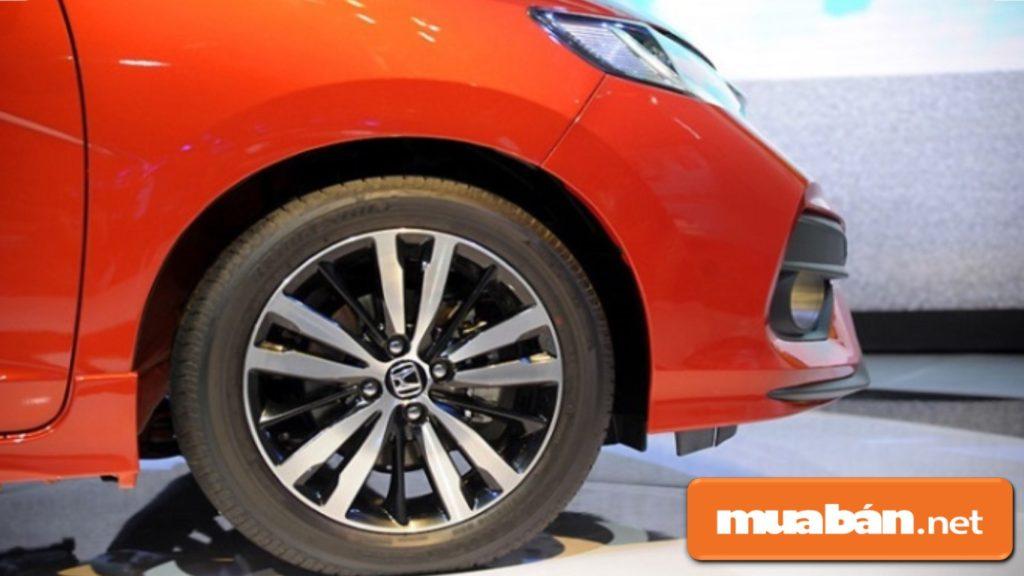 Vành xe được đúc bằng chất liệu hợp kim có kích thước 16inch.