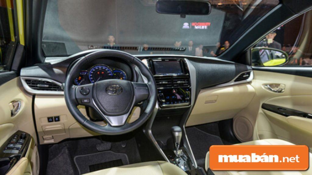 Nội thất bên trong xe ô tô 4 chỗ Toyota Yaris khá sang trọng, hiện đại.