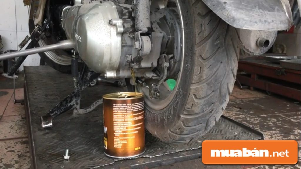 Thường xuyên kiểm tra và thay dầu máy để động cơ xe được tăng khả năng thoát nhiệt nhằm làm mát động cơ.