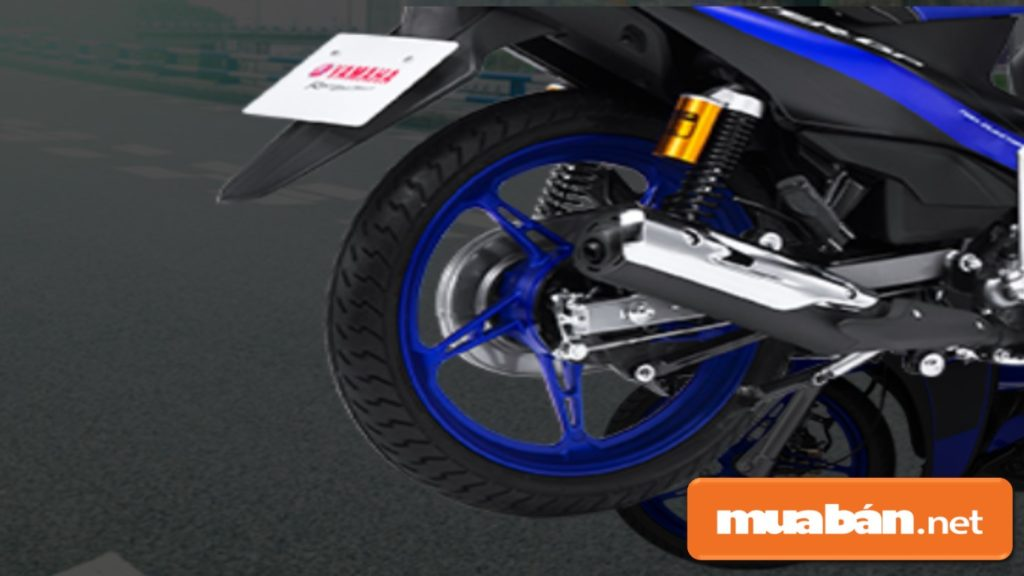 Chế độ giảm xóc sau được thiết kế thêm hộp dầu hỗ trợ, giúp xe vận hành êm hơn.