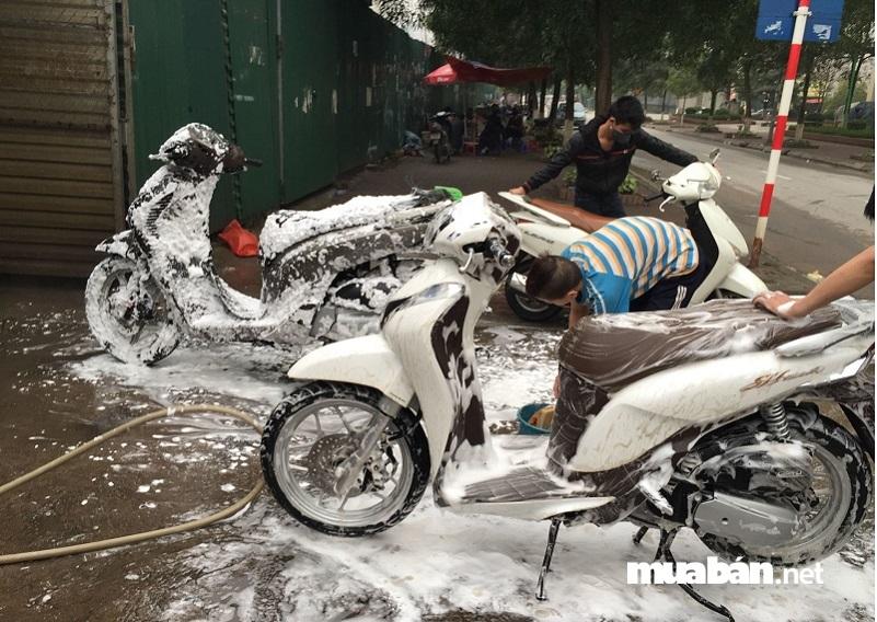 Rửa, sơn lại hoặc làm bóng xe.