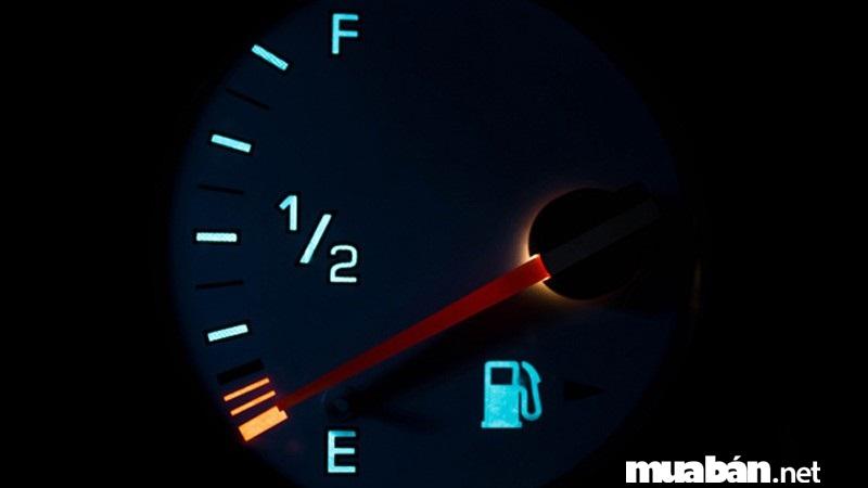 Cố chạy khi đồng hồ nhiêu liệu báo chạm mức E