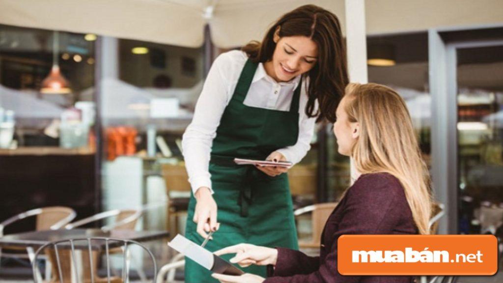 Thái độ lạc quan, vui vẻ sẽ giúp khách hàng đánh giá chất lượng phục vụ của cửa hàng nhiều hơn.