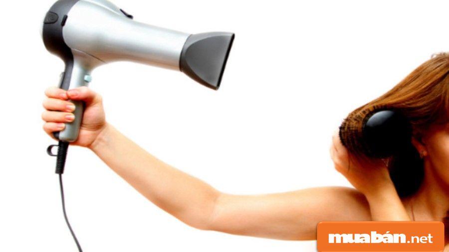 Máy sấy tóc đầu dẹt giúp bạn dễ dàng tạo kiểu tóc hơn.