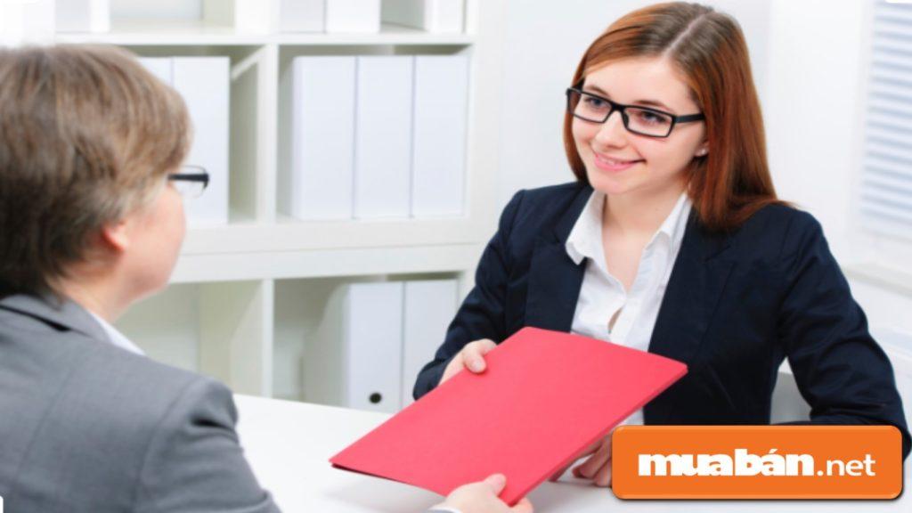 Nhân viên sale cần chú trọng đến khách hàng nhiều hơn và biết nắm bắt thông tin từ cuộc trò chuyện với họ.