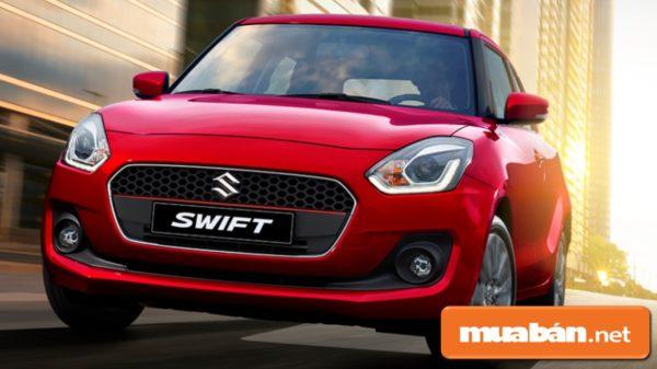 Đầu xe Swift với lưới tản nhiệt dạng hình thang, có logo Suzuki ở giữa.