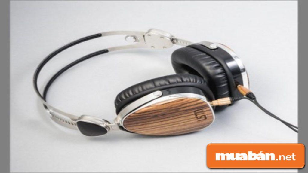 Nếu chàng là một người thích nghe nhạc thì một chiếc headphone xịn sẽ là một món quà ý nghĩa.