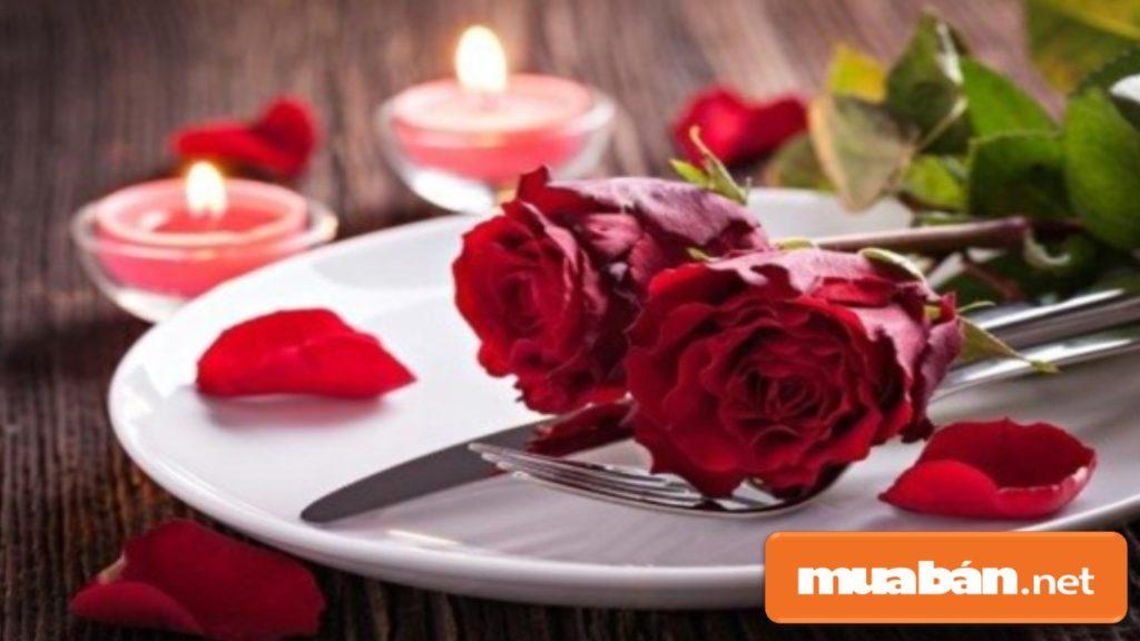 Tự tay nấu cho anh ấy một buổi tối thật lãng mạn dưới ánh nền và hoa.
