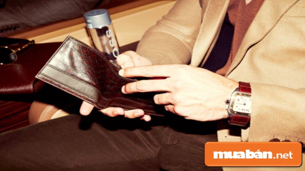 Tặng anh ấy một chiếc ví, bỏ vào đó một tấm hình chụp chung của 2 người, khá lãng mạn nhé!