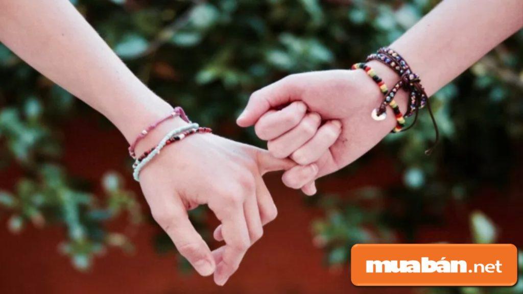 Tặng nàng vòng tay phong thủy vừa ý nghĩa, bạn vừa có thể tậu luôn một chiếc đeo cặp với nàng cho lãng mạn.