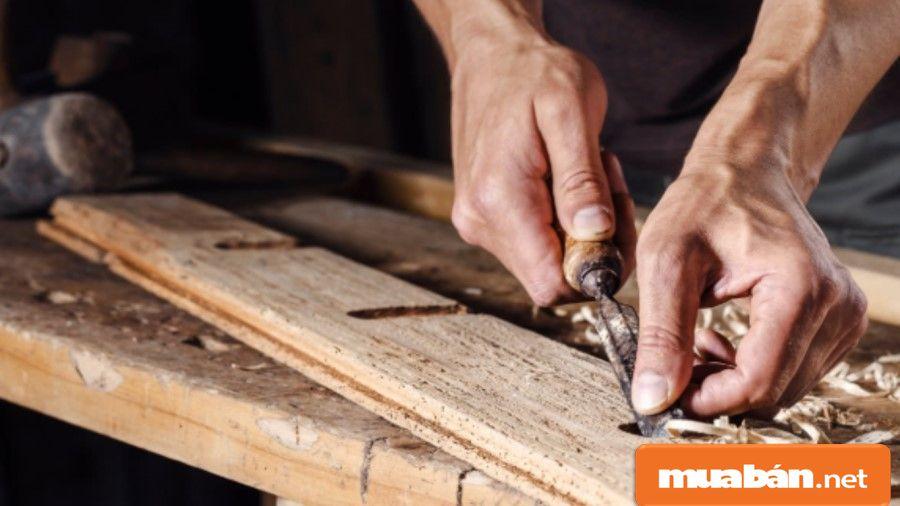 Thợ mộc thiết kế và làm ra các sản phẩm từ gỗ như cửa, tủ, giường... đến những đồ mỹ nghệ khác.
