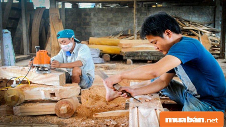 Thợ mộc truyền thống tức là những thợ học việc qua việc truyền lại kinh nghiệm từ thợ lâu năm.