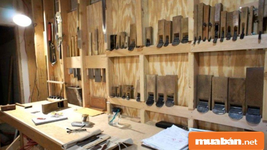 Một số dụng cụ quen thuộc của thợ mộc như cưa tay, bào...