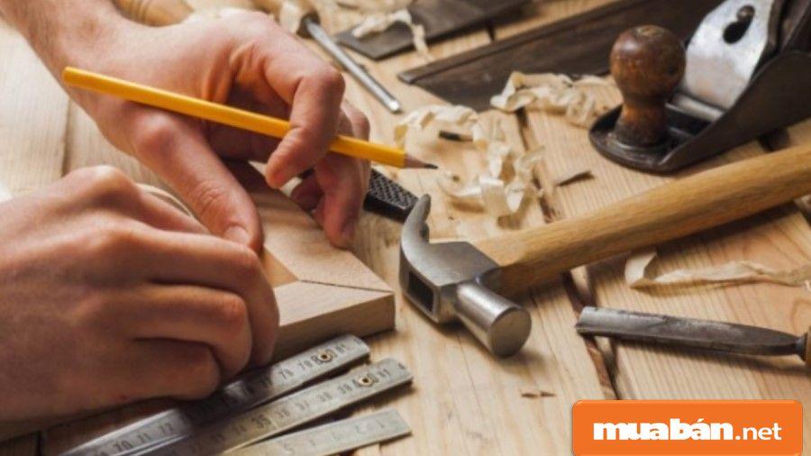 Thợ mộc giỏi phải có kiến thức về vật liệu, thiết kế gỗ, một số máy móc phục vụ công việc...