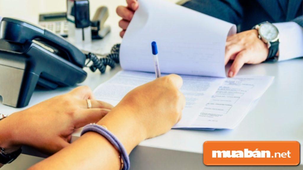 Làm hợp đồng thuê xe tự lái chặt chẽ và kiểm tra cẩn thận trước khi ký.