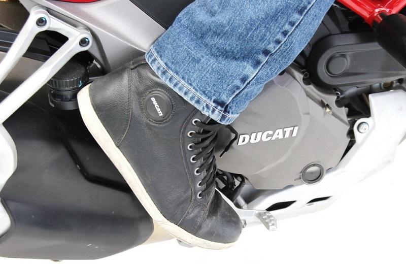 Nên mang giày đi xe mô tô chuyên dụng.