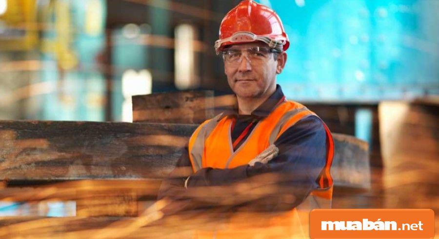 Quản lý sản xuất có trách nhiệm giám sát các công việc của nhà máy/xưởng sản xuất.