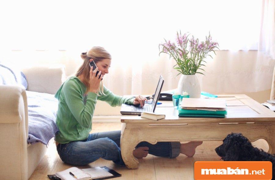 Dịch thuật đòi hỏi bạn phải có vốn ngoại ngữ nhất định, thời gian làm tại nhà khá linh hoạt.