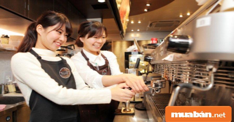 Phục vụ trong các quán café, quán nước… cũng là một công việc khá phổ biến và được nhiều sinh viên lựa chọn.