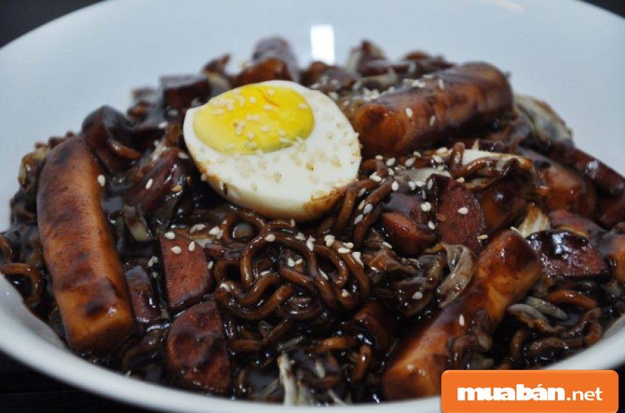 Mì đen truyền thống Jachang được giới trẻ Hàn Quốc xem là món ăn truyền thống trong ngày 14/4.