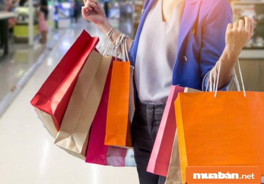 Hãy shopping mua sắm và tự thưởng cho mình một món đồ mình thích.