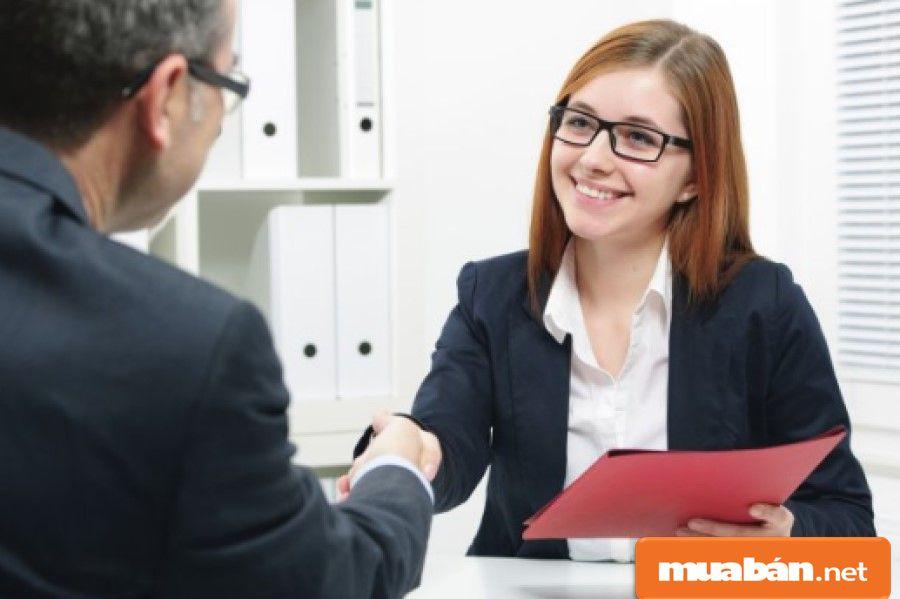 Kỹ năng giao tiếp cũng là một yếu tố quan trọng cần chú ý khi tuyển dụng quản lý cửa hàng.
