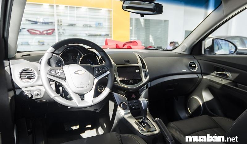 Nội thất xe Cruze 2017 được thiết kế tinh tế và sang trọng với buồng lái cabin kép đối xứng