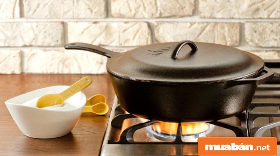 Bạn cũng có thể chuyển qua sử dụng các dụng cụ nấu bằng gang.