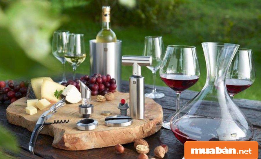 Các phụ kiện rượu của Zwilling cũng khá nổi bật, sang trọng với chất liệu cao cấp.