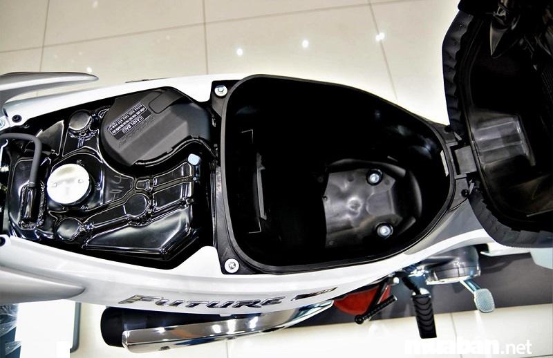 Cốp xe đủ để chứa một mũ bảo hiểm fullface, áo mưa và một vài vật dụng khác.