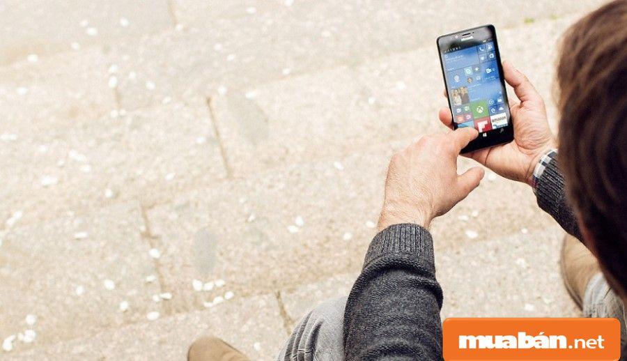 Với màn hình kích thước 5.2 inch, Lumia 950 giúp người dùng dễ dàng thao tác trên máy.