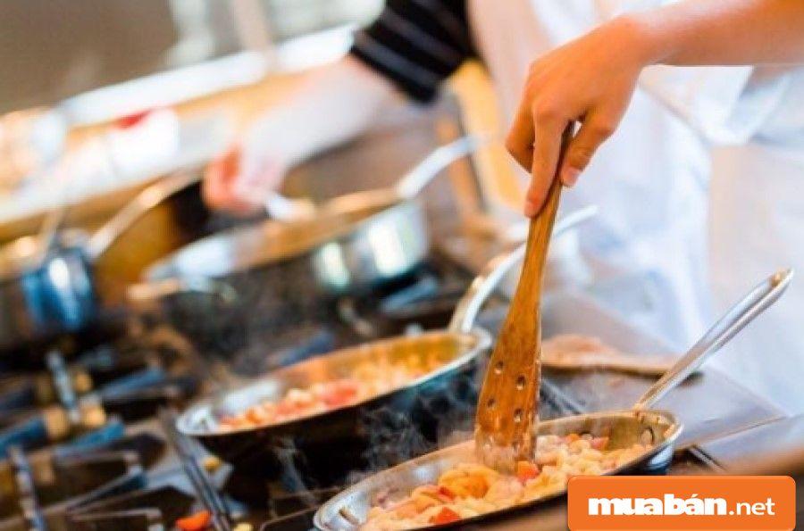 Nắm vững các quy trình sơ chế và chế biến các món ăn từ bếp chính.
