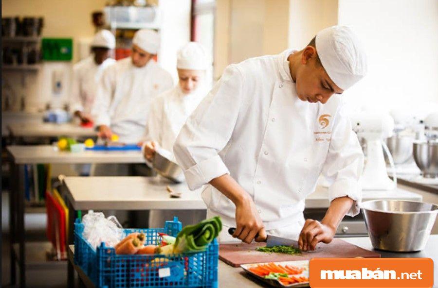 Nghề phụ bếp giúp bạn tích lũy được khá nhiều kinh nghiệm khi bạn trở thành đầu bếp trong tương lai.