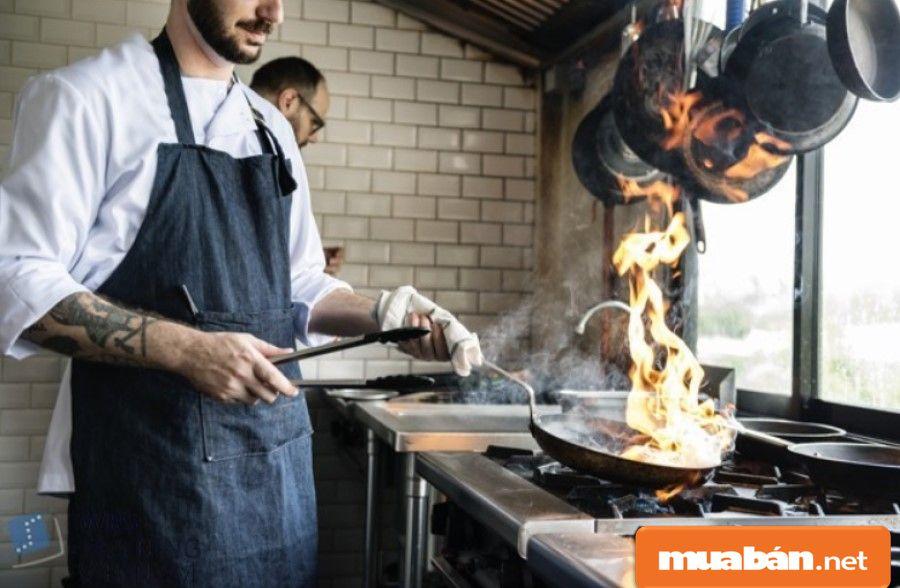 Bạn phải kiên trì với nghề vì đây là công việc thường xuyên tiếp xúc với lửa, dầu mỡ, nóng nực...
