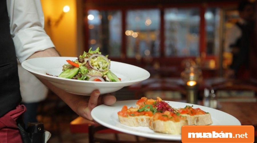 Việc nhớ tên các món ăn sẽ giúp bạn nhớ được các công thức chế biến nó từ bếp chính.