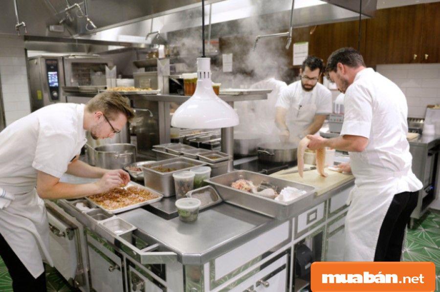 Phải nắm rõ vị trí các dụng cụ, thiết bị, nguyên vật liệu thì bạn mới hỗ trợ công việc cho bếp chính được tốt nhất.