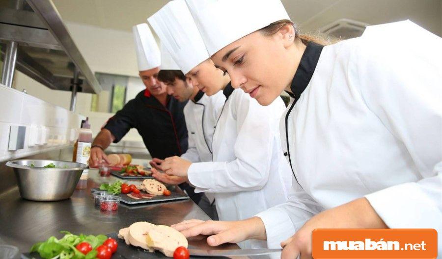 Bạn phải chuẩn bị các nguyên vật liệu, sơ chế thực phẩm... để chuẩn bị cho bếp chính.