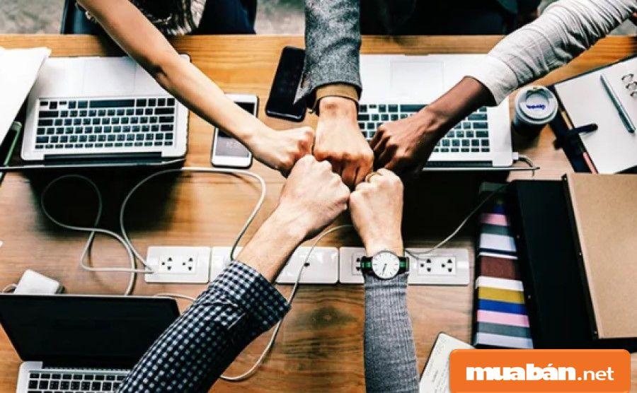 Bạn hãy thường xuyên trao đổi và động viên tinh thần làm việc của các nhân viên để họ cố gắng hoàn thành nhiệm vụ.