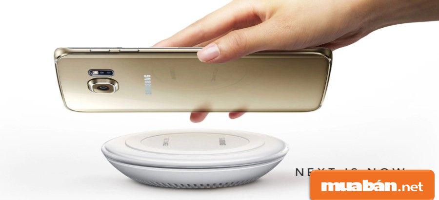 Điện thoại được tích hợp tính năng sạc nhanh và hỗ trợ sạc không dây thời thượng.