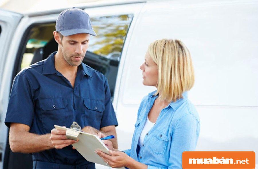 Ngoài yêu cầu biết cách sắp xếp hàng hóa theo lộ trình vận chuyển, shipper còn phải có kỹ năng giao tiếp ổn.