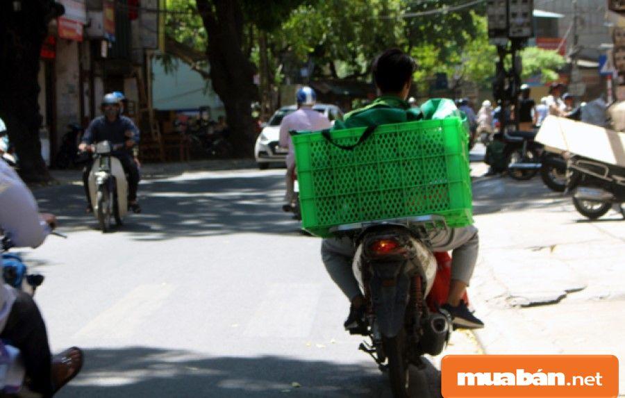 Công việc thường xuyên di chuyển, shipper thường phải đối mặt với nắng nóng, mưa, kẹt xe, xe bị hư hỏng...