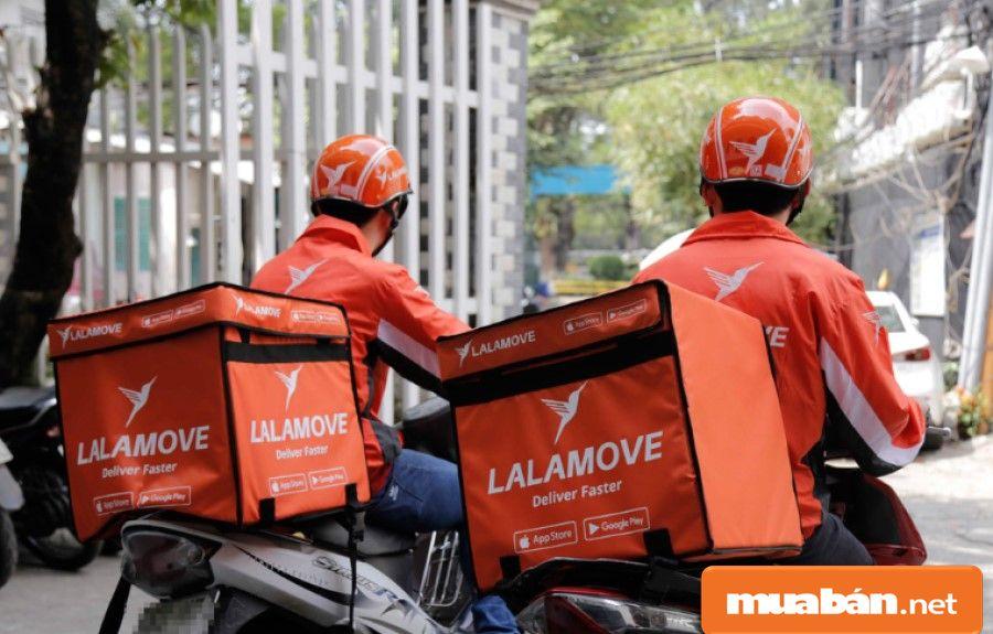 Shipper sử dụng công nghệ ứng dụng giao hàng (như LalaMove) để lấy đơn hàng và đi giao.
