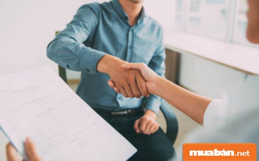Hãy tạo ấn tượng tốt cho ứng viên trong cuộc phỏng vấn tuyển lái xe.